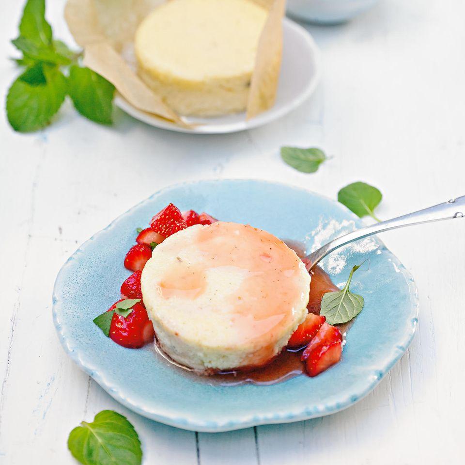 Käseküchlein mit Erdbeer-Minze-Salat
