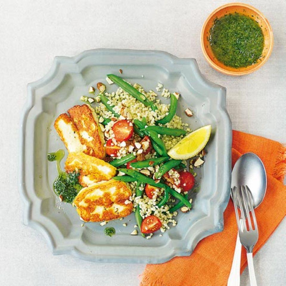 Bulgur-Salat mit Grillkäse