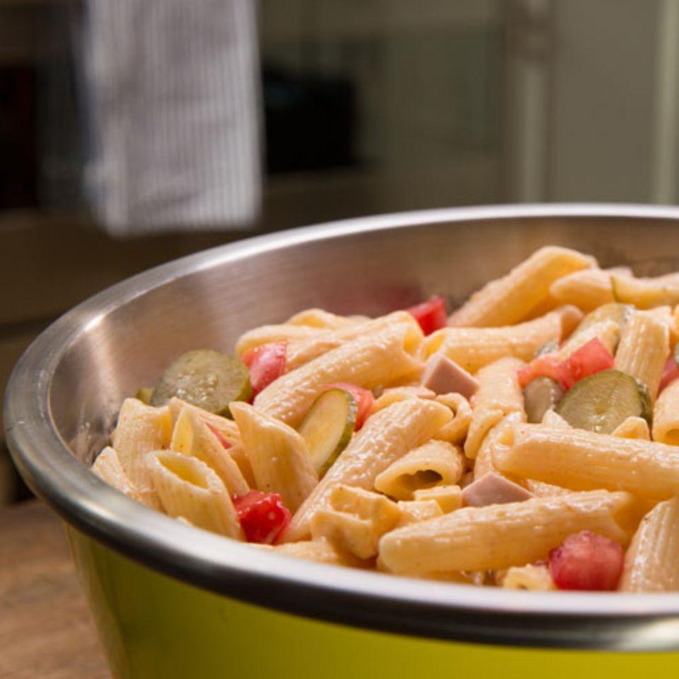 Nudelsalat mit Fleischwurst und Erbsen