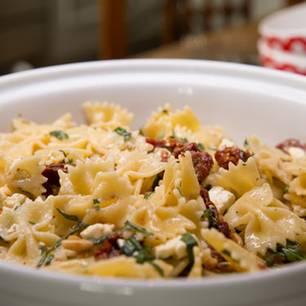 Nudelsalat mit Feta und getrockneten Tomaten