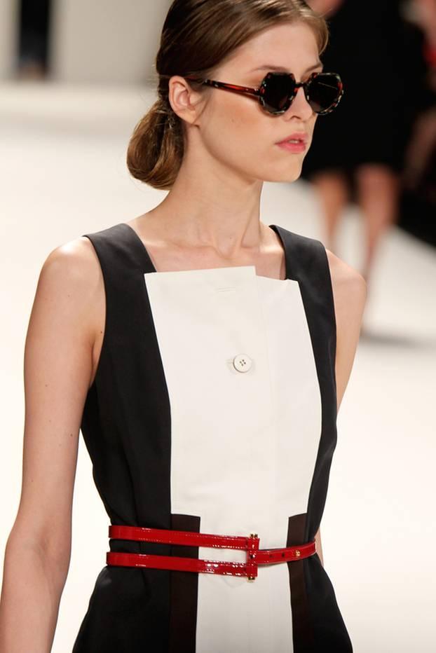 Mode-Quiz: Model mit rotem Taillengürtel