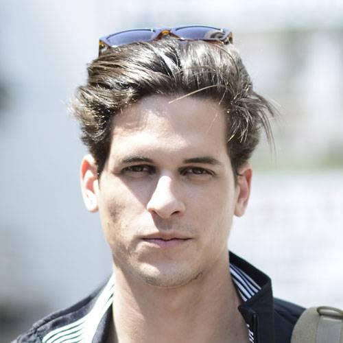 """Männerfrisuren    Die Frage, welche Frisur zu welchem Mann passt, ist gar nicht so einfach zu beantworten. Berücksichtigen solltet ihr Folgendes: Welche Frisur passt zur Haarstruktur (dicht und kräftig oder fein und glatt), Kopfform, Gesichtsform (wie hoch ist die Stirn, verläuft die Haarlinie gleichmäßig oder bilden sich Wirbel) und dem Haarvolumen (voll oder licht, sind Geheimratsecken da). Dann bleibt noch zu klären, ob die Haare raspelkurz, mittellang oder ganz lang sein sollen. Wir helfen euch mit unseren Frisuren-Inspirationen dabei, den perfekten Haarschnitt zu finden!    Welche Männerfrisur für welche Gesichtsform?    Wirklich entscheidend für die Wahl der richtigen Frisur ist die Gesichtsform. Männer mit ovalen Gesichtszügen können prinzipiell jede Frisur tragen. Wer eine hohe Stirn hat, wählt am besten eine Frisur mit Pony, da der Pony die Proportionen harmonischer wirken lässt. Für die Mathematiker gilt: Die offene Stirn sollte nicht mehr als ein Drittel des Gesichts einnehmen. Männer mit Wirbel am Haaransatz oder einer niedrigen Stirn wählen am besten Frisuren, die sie mit Haargel hochstylen können. Eckige Gesichter mit einer markanten Kiefer- und Kinnpartie können gut einen Undercut mit langem Deckhaar tragen, das sie zu einer Tolle oder einem Pony seitlich ins Gesicht frisieren. Runde Gesichter tragen am besten keinen Pony; sie sollten Frisuren wählen, die in die Höhe gehen. Auch kinnlanges Haar passt gut zu dieser Gesichtsform. Lange Gesichter wählen einen Pony und verzichten lieber auf kurze Seiten. Ein Pilzkopf zum Beispiel - der eignet sich auch, um Geheimratsecken zu kaschieren.     Frisurentrends für Männer    Die Trendfrisuren reichen vom New Crop (raspelkurze Haare, die am Oberkopf einen Tick länger sind) über Spiky Hair (Igelspitzen) über den OlaSeku (oben lang, seitlich kurz). Nicht mehr so angesagt ist der """"Shag"""", der seitlich gestylte strubbelige Pilzkopf. Er wird abgelöst von der gerade gestrubbelten Variante, die uns schon die Beatles zei"""