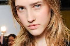 """So erkennt ihr ein langes Gesicht    Längliche Gesichter sind oft schmal, die Stirn wirkt hoch und das Kinn leicht gestreckt. Das soll eine Frisur ausgleichen, die das Gesicht optisch verkürzt und verbreitert. Wir haben in unserer Fotogalerie tolle Ideen für Frisuren, die länglichen Gesichtsformen optimal stehen.    Ihr habt ein langes Gesicht? Das solltet ihr beachten:    Welche Frisur ihr bei einem langen Gesicht wählt, hängt von eurer Haarstruktur ab. Grundsätzlich gilt: Ein Haarschnitt mit Pony ist ideal, denn er nimmt dem Gesicht die Länge. Damit es außerdem breiter wirkt, solltet ihr auf Volumen in den Seitenpartien achten. Ein Bob mit soften Wellen in den Längen und einem seitlichen Pony - wie Alexa Chang ihn trägt - wäre zum Beispiel ideal für ein langes Gesicht. Er eignet sich auch gut bei feinen Haaren. Die In-Frisur Gringe passt ebenfalls zur länglichen Gesichtsform, gemeint ist damit ein """"Grown Out Fringe"""", also ein herausgewachsener Pony. Kate Middleton, Jennifer Aniston oder Jennifer Garner tragen diese Frisur mit langen, welligen Haaren. Ganz ohne Pony geht es aber auch, wie Sarah Jessica Parker beweist. Das bekannteste längliche Gesicht Hollywoods trägt meist einen Mittelscheitel mit gestuften Längen und sanften Wellen - mit einem Seitenscheitel wirken die Beach Waves noch entspannter. Ein richtiger Lockenkopf steht langen Gesichtern ebenfalls toll, denn Frisuren mit viel Volumen geben langen, schmalen Gesichtern mehr Fülle.     Kurzhaarfrisuren stehen einem länglichen Gesicht auch!    Und welche Kurzhaarfrisuren passen zu einem langen Gesicht? Ein raspelkurzer Haarschnitt, wie ihn Emma Watson einst trug, ein Shortcut mit XL-Pony, der über die Stirn geht (das Deckhaar ist am längsten und leicht in sich gestuft, alles endet etwa auf Ohrläppchenhöhe), und auch freche Kurzhaarfrisuren mit einem grafischen Pony sehen bei schmalen Gesichtern toll aus.    Styling-Ideen für eine längliche Gesichtsform    Frisuren, die ein Volumen am Oberkopf voraussetzen, s"""