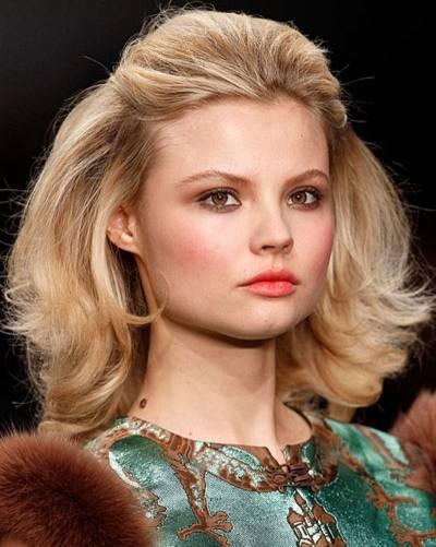 Frisuren für dicke Haare    Dicke Haare sind ein Traum. Wer sich so eine echte Mähne wachsen lassen kann, wird von vielen beneidet. Aber dickes Haar kann auch eine tägliche Herausforderung sein, denn Schnitt und Styling müssen stimmen. Störrisch, schwer zu bändigen, unmöglich zu stylen ¬–manchmal verzweifeln Frauen mit fülligem Haar an ihrer Haarpracht und wünschen sich eine Frisurenberatung. Wir zeigen euch, welche Frisuren für dicke Haare geeignet sind und wie ihr sie richtig stylt. Raffinierte Stufen oder ausgedünnte Spitzen, ein schwungvoller Bob oder eine Frisur mit Pony? Entdeckt in unserer Bildergalerie tolle Trendfrisuren und welche Frisur zu euch passen könnte!    Dicke Haare: Welcher Schnitt passt am besten?    Generell gilt: Sind dicke Haare gerade geschnitten, wirkt das Haarende oft zu dominant und wuchtig, besser sind stufige Schnitte. Bei der Wahl des richtigen Haarschnitts kommt es aber auch darauf an, welche Gesichtsform ihr habt. Dicke Locken und ein Seitenscheitel stehen jeder Gesichtsform, weil der Seitenscheitel streckt. Gefranste, glatte und lange Haare stehen eher schmalen Gesichtern, da sie dem Gesicht mehr Fülle geben. Wenn ihr dickes, welliges Haar im Sleek-Look mit einem Glätteisen bändigt (denkt an das Hitzschutzspray!), wirkt ein rundes Gesicht schmaler. Dann passt auch ein Mittelscheitel, der sieht übrigens auch bei wilden Locken hübsch aus. Eine Hochsteckfrisur wie der Chignon, ein klassischer Zopf oder Big Hair à la Adèle sind Glamourfrisuren für dickes Haar. Flechtfrisuren wie der Fischrätenzopf oder ein Haarkranz sind perfekt für die Haare, denn bei diesem Haarvolumen wirken die Flechtstrukturen besonders stark – künstliche Haarteile sind dann sowieso überflüssig. Aber auch ein Kurzhaarschnitt sehen bei vollem Haar toll aus. Der Pixie Cut ist so ein Haarschnitt – und alles, was sich wild mit viiel Volumen stylen und strubbeln lässt. Und wer mit der Dichte seiner Haare so gar nicht zurechtkommt, lässt eine spezielle Schere ran: Die so
