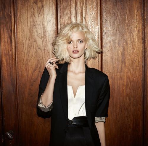 Dicke Haare sind ein Traum. Wer sich so eine echte Mähne wachsen lassen kann, wird von vielen beneidet. Aber dickes Haar kann auch eine tägliche Herausforderung sein, denn Schnitt und Styling müssen stimmen. Störrisch, schwer zu bändigen, unmöglich zu stylen ¬–manchmal verzweifeln Frauen mit fülligem Haar an ihrer Haarpracht und wünschen sich eine Frisurenberatung. Wir zeigen euch, welche Frisuren für dicke Haare geeignet sind und wie ihr sie richtig stylt. Raffinierte Stufen oder ausgedünnte Spitzen, ein schwungvoller Bob oder eine Frisur mit Pony? Entdeckt in unserer Bildergalerie tolle Trendfrisuren und welche Frisur zu euch passen könnte!    Dicke Haare: Welcher Schnitt passt am besten?    Generell gilt: Sind dicke Haare gerade geschnitten, wirkt das Haarende oft zu dominant und wuchtig, besser sind stufige Schnitte. Bei der Wahl des richtigen Haarschnitts kommt es aber auch darauf an, welche Gesichtsform ihr habt. Dicke Locken und ein Seitenscheitel stehen jeder Gesichtsform, weil der Seitenscheitel streckt. Gefranste, glatte und lange Haare stehen eher schmalen Gesichtern, da sie dem Gesicht mehr Fülle geben. Wenn ihr dickes, welliges Haar im Sleek-Look mit einem Glätteisen bändigt (denkt an das Hitzschutzspray!), wirkt ein rundes Gesicht schmaler. Dann passt auch ein Mittelscheitel, der sieht übrigens auch bei wilden Locken hübsch aus. Eine Hochsteckfrisur wie der Chignon, ein klassischer Zopf oder Big Hair à la Adèle sind Glamourfrisuren für dickes Haar. Flechtfrisuren wie der Fischrätenzopf oder ein Haarkranz sind perfekt für die Haare, denn bei diesem Haarvolumen wirken die Flechtstrukturen besonders stark – künstliche Haarteile sind dann sowieso überflüssig. Aber auch ein Kurzhaarschnitt sehen bei vollem Haar toll aus. Der Pixie Cut ist so ein Haarschnitt – und alles, was sich wild mit viiel Volumen stylen und strubbeln lässt. Und wer mit der Dichte seiner Haare so gar nicht zurechtkommt, lässt eine spezielle Schere ran: Die sogenannte Technik heißt Effil