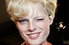 Kurzhaarfrisuren    Kurzhaarfrisuren sind nicht nur praktisch, sie sehen auch einfach toll aus. Ob kurzer Pagenkopf, Undercut, wuschelige Tolle, Pilzkopf oder streng geometrischer Pony - unsere Kurzhaarfrisuren beweisen, wie raffiniert sie wirken können.    Mit der passenden Kurzhaarfrisur kommt das Gesicht erst so richtig zur Geltung. Ein Pixie Cut betont feine Gesichtszüge, ein asymmetrischer Schnitt hebt starke Gesichtskonturen hervor. Es braucht zugegeben etwas Mut, sich von einer langen Haarmähne zu trennen, aber es lohnt sich. Besonders modern wirken kurze Haare, wenn man ihnen eine kräftige Portion Farbe mitgibt, zum Beispiel mit Farbakzenten in Rot- oder Brauntönen, aber auch ein Platinblond ist ziemlich cool.    Nicht nur glatte Haare können kurz, auch lockige sehen mit dem richtigen Schnitt toll aus. Gestufte Kurzhaarschnitte bringen die Locken nämlich erst so richtig in Form.     Und auch die Stars wagen es immer wieder: Charlize Theron, Robin Wright und sogar Scarlett Johansson haben bereits Mut zur Kurzhaarfrisur bewiesen - und sehen damit verdammt gut aus. Denn fällt die Mähne, schauen eben alle hin!     Unsere Trendfrisuren 2015/2016 zeigen: Kurzhaarfrisuren sind so wandelbar, dass wir immer wieder neue Ideen haben, wie man sie stylen kann. Hier kommen die schönsten Inspirationen für kurze Haare.