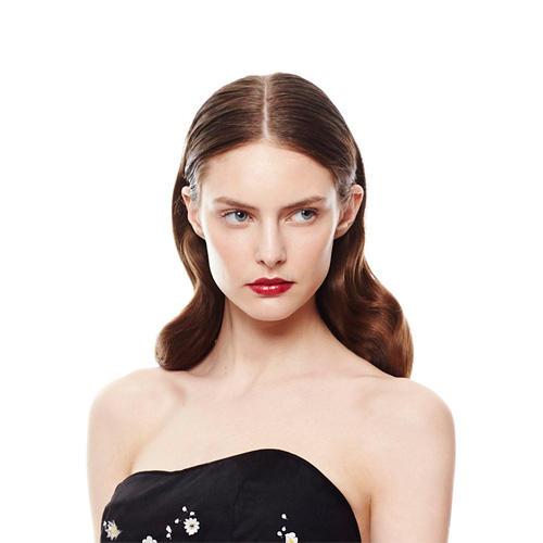 Glamourfrisuren    Es gibt Anlässe, die fordern geradezu eine Glamour-Frisur: Hochzeiten, Geburtstagspartys, aber auch zu ein romantischen Dinner kann die Frisur gern mal etwas aufwendiger sein. Wir zeigen euch festliche Frisuren, die zu allen Gelegenheiten passen. Und die gute Nachricht: Glamour-Frisuren gibt es für sämtliche Haarschnitte und Haarlängen. Kurze Tollen lassen sich nämlich ebenso hübsch in Form bringen wie lange Mähnen.     Zu den klassischen Glamourfrisuren gehört zum Beispiel die Evergreen-Hochsteckfrisur namens Banane oder der Chignon in verschiedenen Varianten, das voluminös geföhnte Big Hair oder der hübsch gestylte Side Swept. Die Stars machen es uns regelmäßig vor: Wenn Scarlett Johansson sanfte Wellen, Blake Lively einen Gretchenzopf und Katie Holmes einen glamourösen Dutt trägt, wissen wir, was gerade Trend ist. Wir zücken den Toupierkamm, legen die Bobby Pins bereit und kaufen eine XL-Dose Haarspray. Aber selbst wenn es nicht auf den Roten Teppich geht, unsere Glamourfrisuren gehören mindestens nach Hollywood.