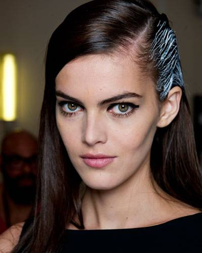 Stilvoll & vielseitig: Frisuren mit Seitenscheitel