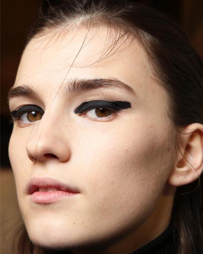 Herbst-Make-up-Trend: Blocking in Black
