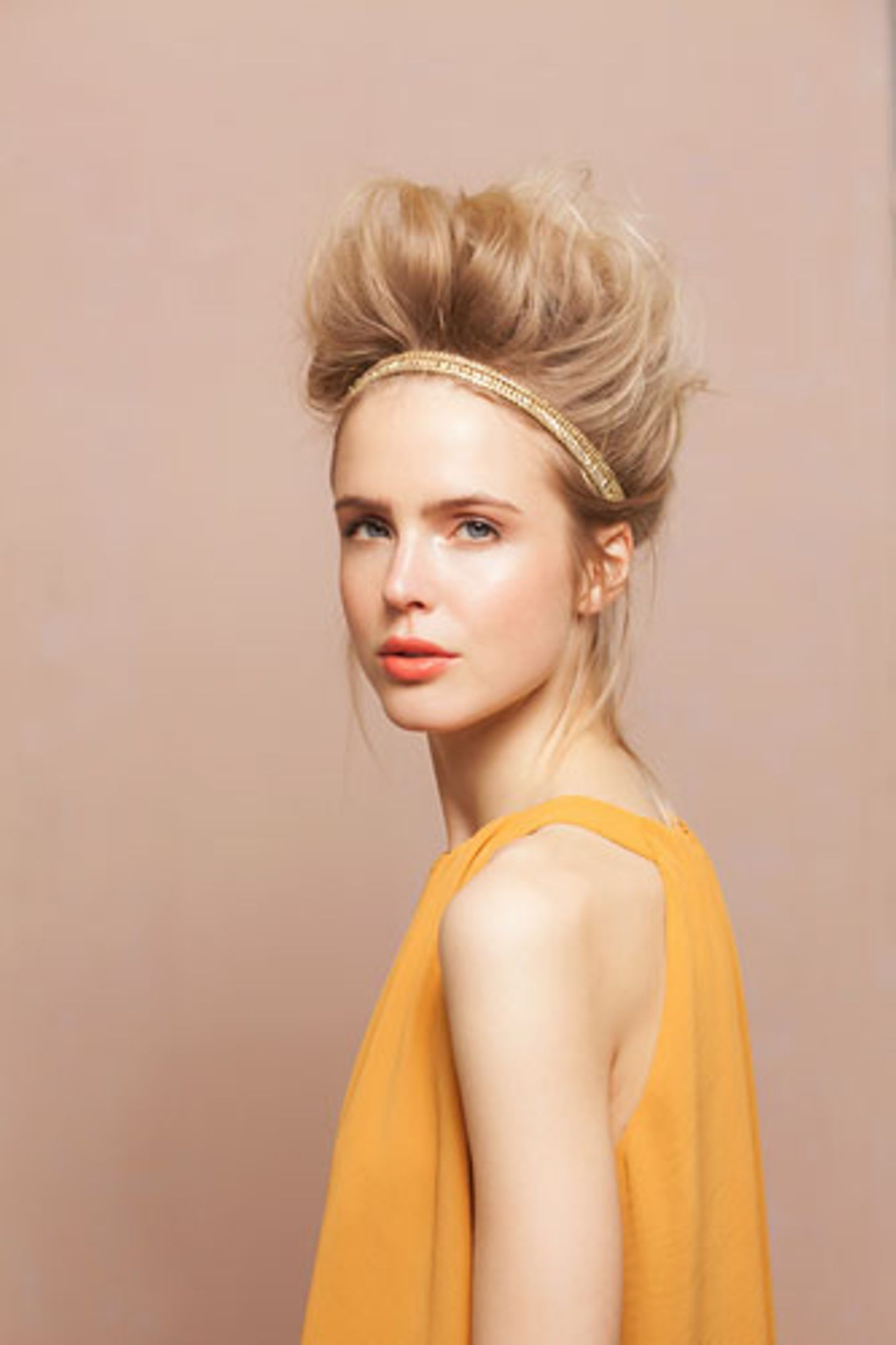 Messy Updo mit Haarband