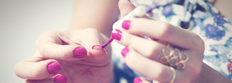 Genialer Beauty-Trick: So malst du nie mehr mit dem Nagellack daneben!