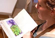 """Martina Olufs, Inhaberin des Hamburger """"Kochkontor"""", mit einem ihrer englischsprachigen Kochbücher"""
