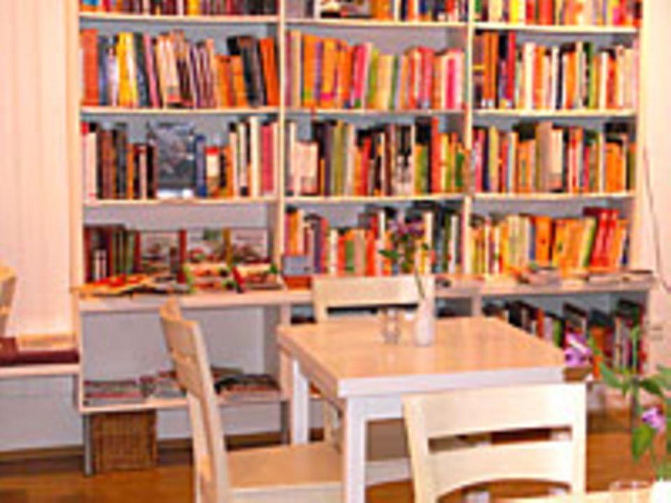 Kochbücher und Eßtische - beides gehört zur Kochwelt von Martina Olufs