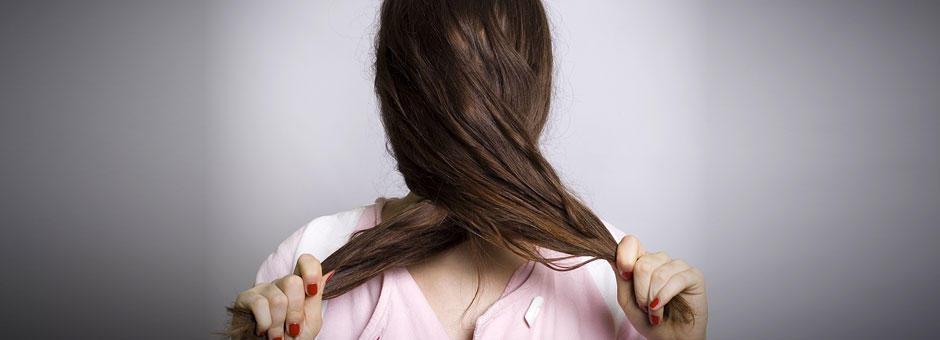 Was hilft bei trockenem und strapaziertem Haar?