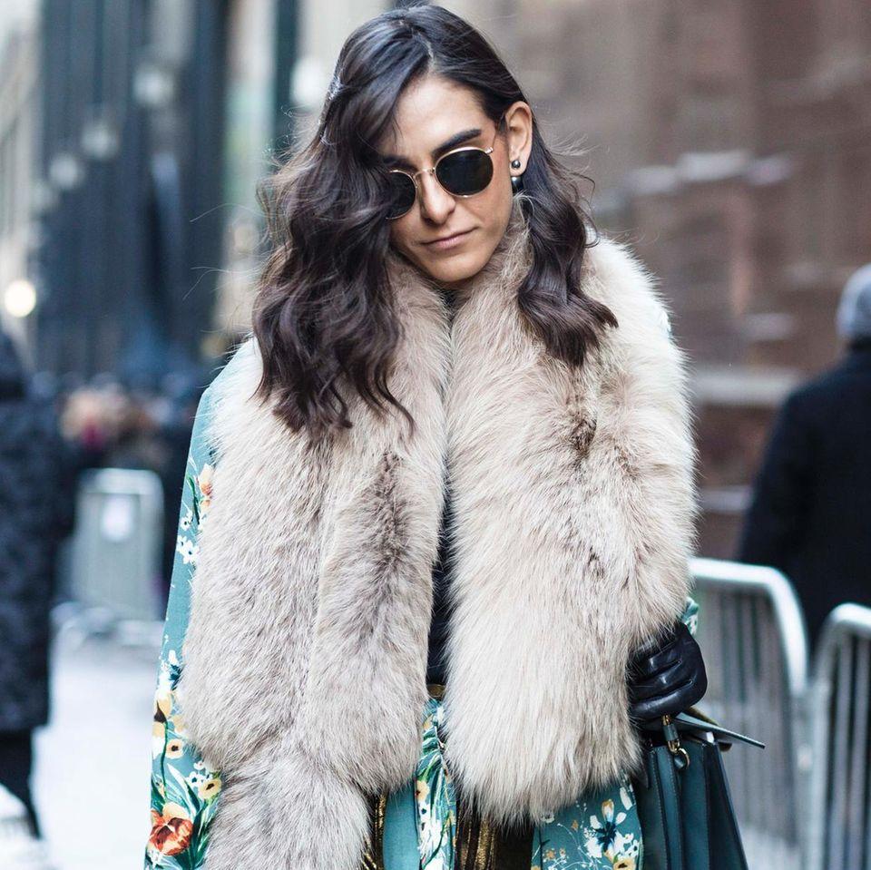 Frau trägt Pelzjacke
