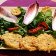 Rezepte: Parmesankekse mit buntem Salat