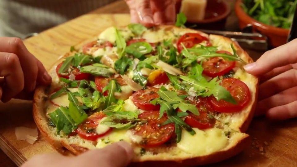 Ganz einfach Pizza backen - mit Fladenbrot