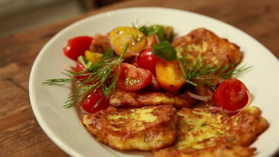 Zucchinipuffer mit buntem Tomatensalat