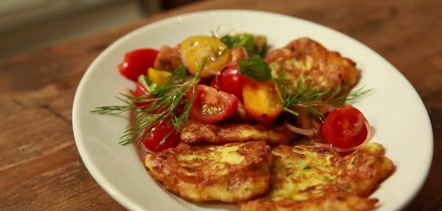 Rezepte: Zucchinipuffer mit buntem Tomatensalat