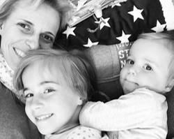 Auf das Leben!: Bloggerin Jessika Rose mit ihren Töchtern Emma und Hannah.