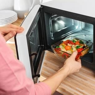 Lebensmittel, die auf gar keinen Fall in die Mikrowelle dürfen!