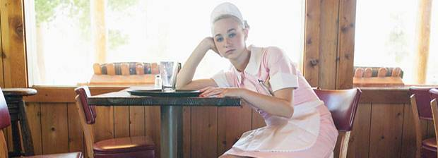 Kellner enthüllen:Kellnerin sitzt gelangtweilt im Restaurant