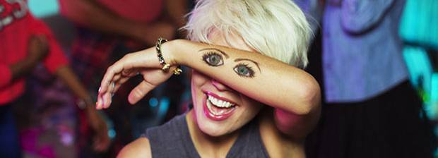 Augen Gesundheit:Frau mit aufgemalten Augen auf dem Arm