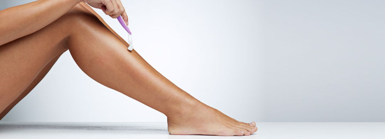 Beine rasieren:Frau rasiert sich die Beine