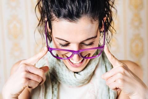 Mit diesem kleinen Trick rutscht eure Brille nie mehr von der Nase