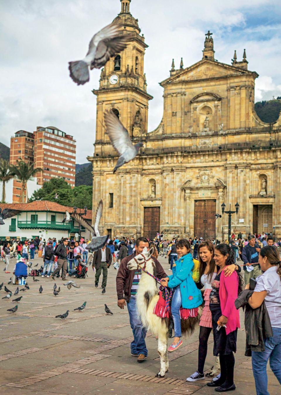 Der belebte Plaza de Bolivar ist das Zentrum von Bogotás Altstadt