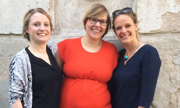 Blogfamilia-Koordinatorin Anne-Luise Kitzerow (Mitte) mit den Preisträgerinnen Märry Raufuss (links) und Lisa Harmann (rechts). Lucie Marshall, die dritte Preisträgerin, konnte nicht persönlich erscheinen, weil sie derzeit im Ausland ist.