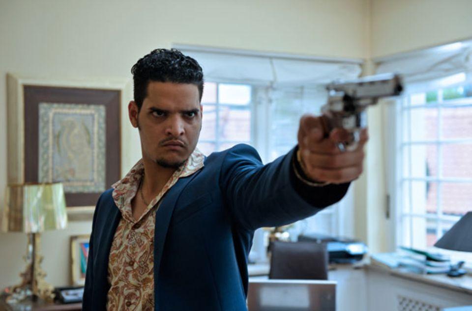 Nasir (Yasin el Harrouk) genießt seinen Diplomatenstatus und fuchtelt mehr als einmal mit der Knarre in der Hand umher.
