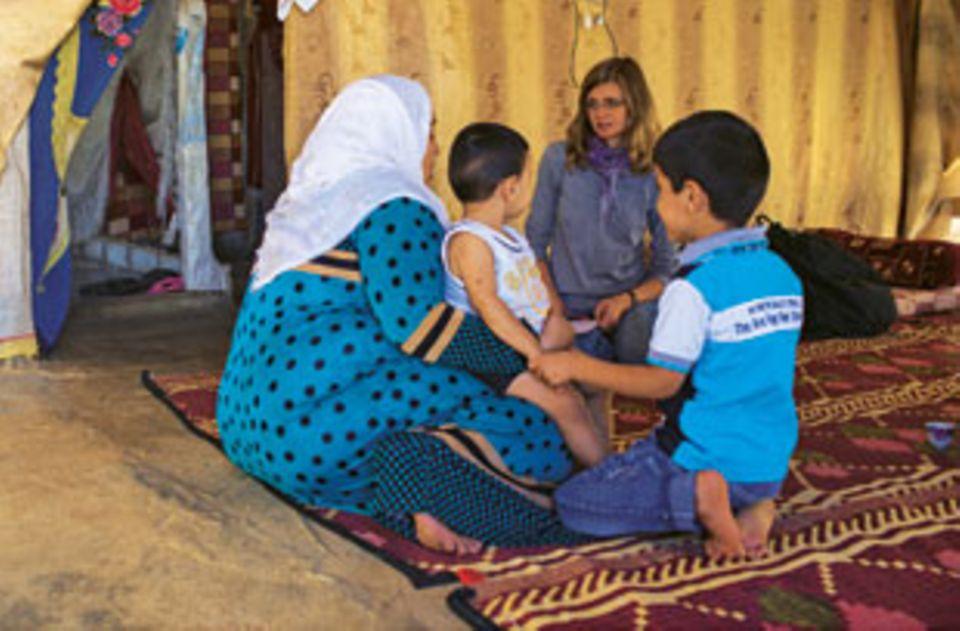 BRIGITTE-Autorin Meike Dinklage im Gespräch mit Maram und ihren Kindern. Die Familie kam vor zwei Jahren ins Camp, damals war Maram mit ihrem jüngsten Sohn schwanger. Sie floh aus Angst, es bei der Niederkunft wegen der Heckenschützen in ihrem Heimatdorf nicht in die Klinik zu schaffen