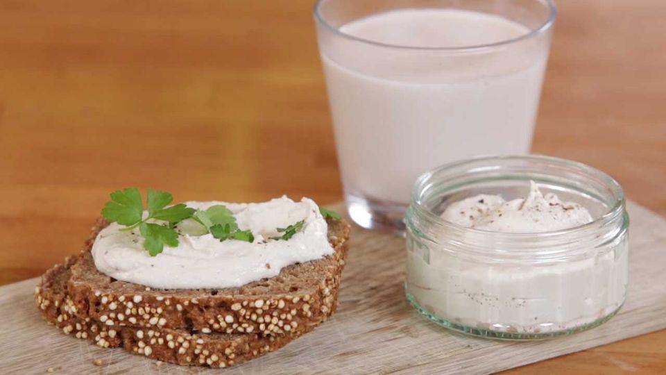 Nussmilch und Nusskäse selber machen - eine Video-Kochschule