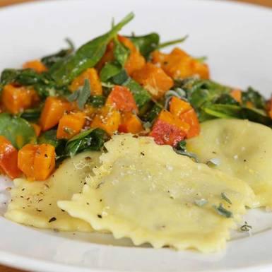 Rezepte: BRIGITTE: Vegane Ravioli mit Herbstgemüse