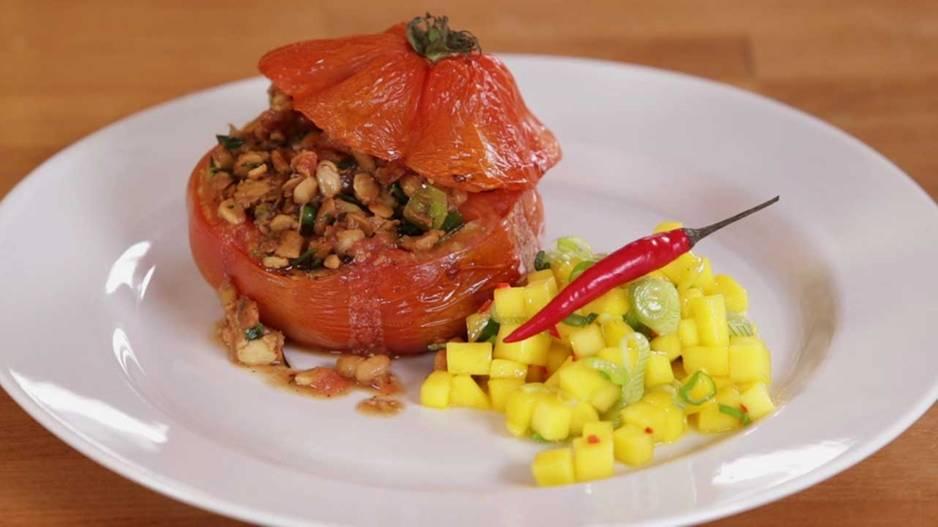 Rezepte: Gebackene Tempeh-Tomaten mit Mango-Chili-Salsa