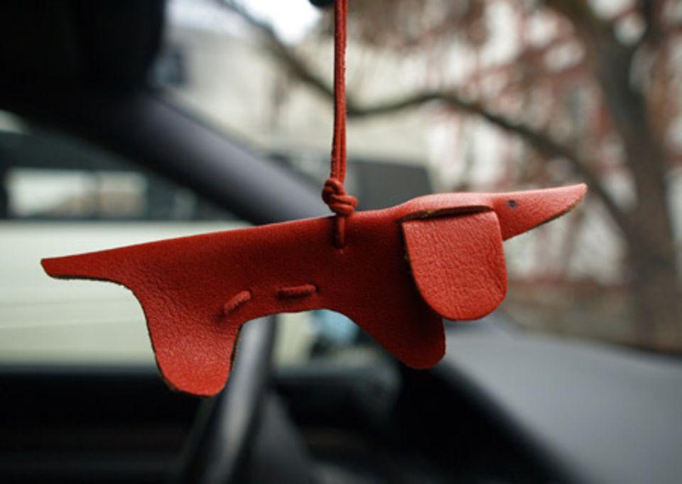 Der Wackel-Dackel macht auch im Auto eine gute Figur