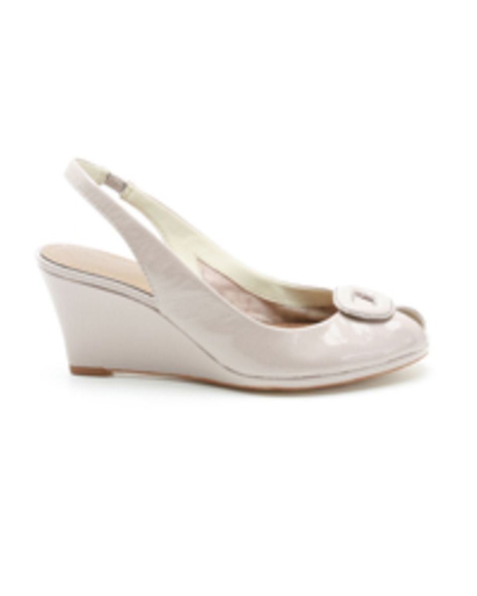 Peeptoe-Wedge in angesagtem Metallic-Look von Clarks, ca. 89,90 Euro.
