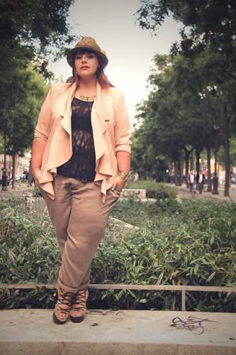 Mode zur Inspiration: Stéphanie Zwicky zeigt in ihrem Blog de Big Beauty tolle Outfits und verrät ihre Shopping-Geheimtipps. Die Schweizerin mit Wohnsitz Paris probiert gern neue Trends aus. Zur Chinohose kombiniert sie beispielsweise ein transparentes Spitzenshirt, ein Jäckchen in Sorbetfarben und einen smarten Strohhut. Mehr auf BRIGITTE-woman.de: Die besten Plus-Size-Blogs Tolle Sommerkleider in großen Größen Der neue BIG-Kleiderschrank: Trendteile zum Bestellen