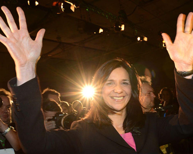 An die Spitze: Bis zuletzt hat die 46-Jährige nicht daran geglaubt: Bei der Urwahl im November 2012 schaffte sie ein fulminantes Comeback als Spitzenkandidatin für die Bundestagswahl. Mit 47,3 Prozent der Stimmen ließ sie ihre Konkurrentinnen Co-Fraktionschefin Renate Künast (38,6 Prozent) und Parteichefin Claudia Roth (26,2 Prozent) weit hinter sich. Und auch nach Bundestagswahl bleibt sie bislang die Einzige aus der Grünen-Führungsriege, die das enttäuschende Wahlergebnis unbeschadet überstanden hat: Mit 41 zu 20 Stimmen hat sich Katrin Göring-Eckardt im Kampf um den Fraktionsvorsitz deutlich gegen ihre Konkurrentin Kerstin Andreae durchgesetzt. Mehr bei BRIGITTE: In der Talk-Reihe BRIGITTE LIVE sprach Katrin Göring-Eckardt über Sexismus, Per Steinbrück und ihren Glauben. Sehen Sie hier einen Live-Mitschnitt.