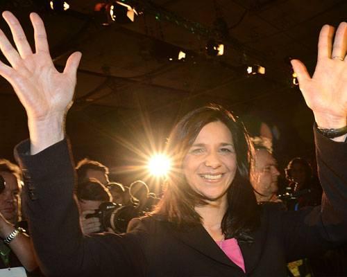 Führungswechsel bei den Grünen: An die Spitze: Bis zuletzt hat die 46-Jährige nicht daran geglaubt: Bei der Urwahl im November 2012 schaffte sie ein fulminantes Comeback als Spitzenkandidatin für die Bundestagswahl. Mit 47,3 Prozent der Stimmen ließ sie ihre Konkurrentinnen Co-Fraktionschefin Renate Künast (38,6 Prozent) und Parteichefin Claudia Roth (26,2 Prozent) weit hinter sich. Und auch nach Bundestagswahl bleibt sie bislang die Einzige aus der Grünen-Führungsriege, die das enttäuschende Wahlergebnis unbeschadet überstanden hat: Mit 41 zu 20 Stimmen hat sich Katrin Göring-Eckardt im Kampf um den Fraktionsvorsitz deutlich gegen ihre Konkurrentin Kerstin Andreae durchgesetzt. Mehr bei BRIGITTE: In der Talk-Reihe BRIGITTE LIVE sprach Katrin Göring-Eckardt über Sexismus, Per Steinbrück und ihren Glauben. Sehen Sie hier einen Live-Mitschnitt.