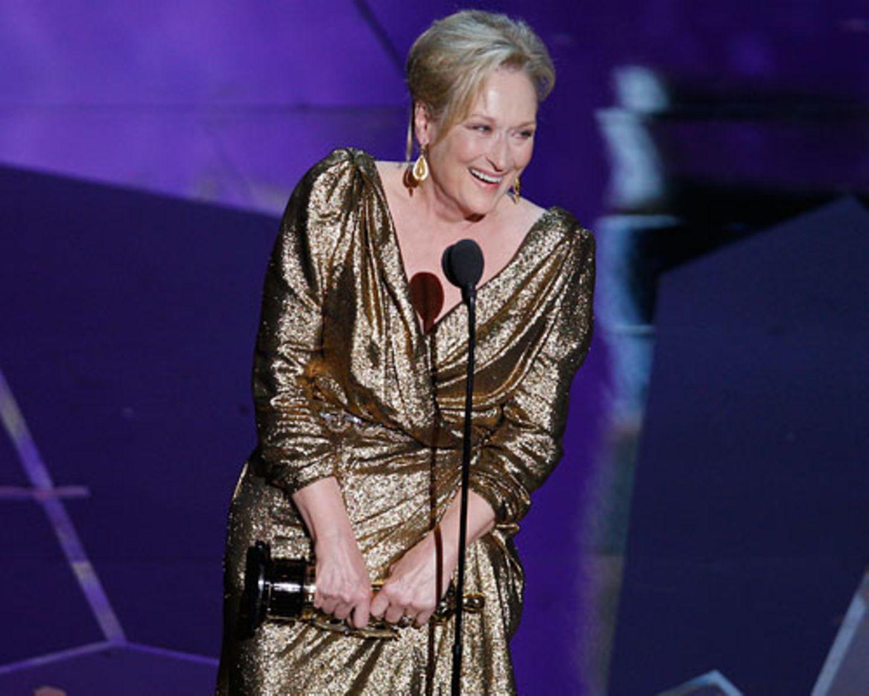 """Ihre 17. Oscar-Nominierung brachte Meryl Streep den dritten Oscar ihrer Karriere. Mit ihrer tollen Performance als Maggie Thatcher in """"Die Eiserne Lady"""" galt sie als Favoritin auf den Preis als beste Hauptdarstellerin. Passenderweise hatte sich Meryl Streep auch gleich in Gold gewandet. Wir finden: Absolut angemessen, der Oscar für Maggie-Meryl. Streep selbst hatte in ihrer Dankesrede befürchtet, halb Amerika würde jetzt aufstöhnen und sagen: """"Oh no, die schon wieder"""". Wir sagen: Schön, endlich sie mal wieder. Streeps letzter Oscar-Gewinn ist schließlich schon 29 Jahre her. Die Oscar-Stilkritik: Wer war top, wer trug flop? Mehr bei BRIGITTE-woman.de: Meryl Streep: Ihre schönsten Rollen Der Stil von Meryl Streep"""