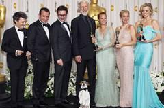 """Äh, ja, dieser George Valentin hat wirklich die Tendenz, sich in den Vordergrund zu spielen. Wer """"The Artist"""" schon gesehen hat, wird das wissen. Hier möchten wir aber gern noch mal das ganze Team des Films zeigen, der fünf Oscars gewinnen konnte (zu Film, Regie, Hauptdarsteller noch Musik und Kostümdesign). Nominiert war """"The Artist"""" in zehn Kategorien. Wir finden: Eine gute Wahl, den Stummfilm """"The Artist"""" zum Oscar-Gewinner zu küren. In lauten, hektischen Zeiten schenkt uns der kunstvolle Film 100 Minuten Ruhe - bei höchstem Unterhaltungswert."""