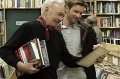 """... in """"Beginners"""" (seit 3.11.11 auf DVD). Darin spielt Plummer einen Mann, der sich erst im hohen Alter nach dem Tod seiner Frau zu seiner Homosexualität bekennt. Wir finden: Zu recht Favorit, zu recht gewonnen. Wir freuen uns über die späte Ehre für Christopher Plummer."""