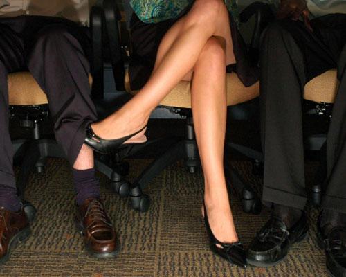 Büro unterm Tisch flirten