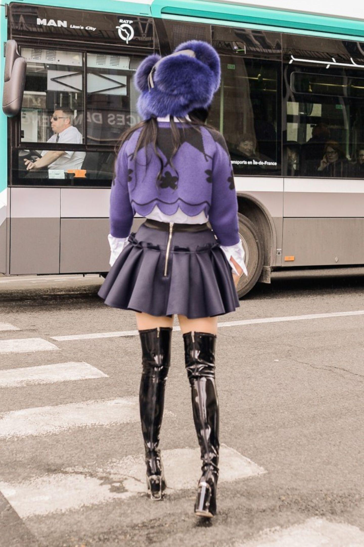 Erinnert spontan an Manga und Fetisch. Was Lady Gaga gut hinbekommt, funktioniert hier so gar nicht. Der Stilbruch tut in den Augen weh und lässt unser Mode-Herz bluten.