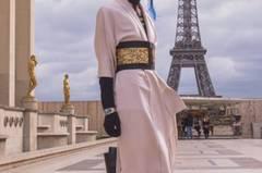 Dieser von dem Outfit einer Geisha inspirierte Look schaut auch bei mehrmaligem Hinsehen mehr gewollt als gekonnt aus.