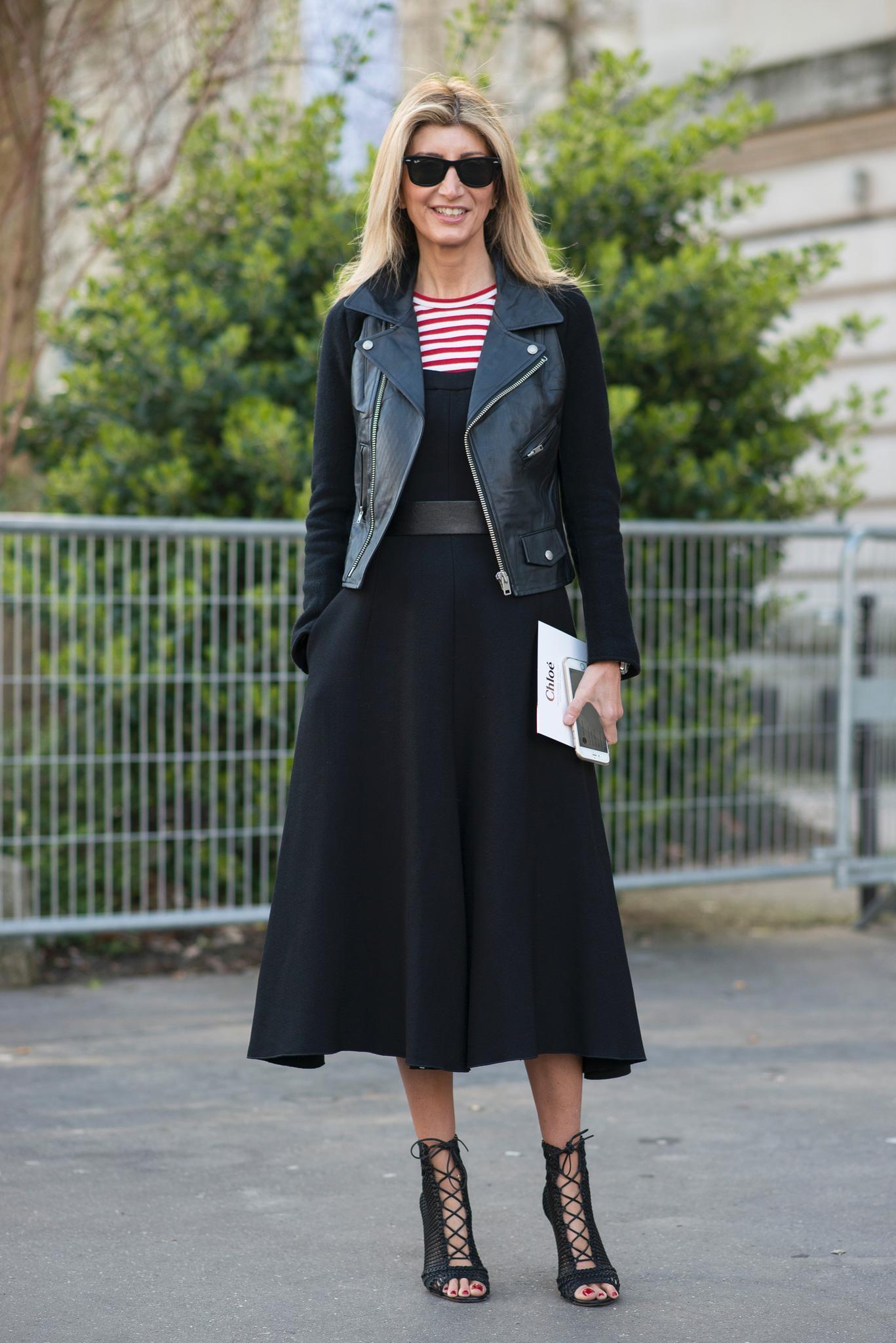 Der Blazer, der Midi-Skirt (wie in diesem Fall), der Trenchcoat oder die Lederjacke sind auffällig unauffällige Kleidungsstücke, die zeitlos schöne Eleganz transportieren und Mode Know-How signalisieren, ohne dabei mit der Tür ins Haus zu fallen. Perfekt umgesetzt auch bei diesem Look.