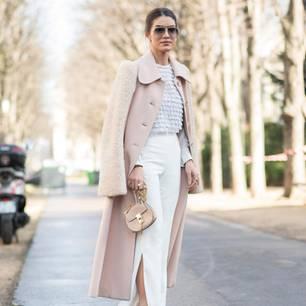 Frau mit Trenchcoat und Chloé-Tasche