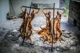 """Zum Bild: BBQ ist in Lateinamerika beliebt. Jo und Cozy werden ihr """"Cordero de Patagonia"""" (Lamm) besonders in Erinnerung behalten. Durch die spezielle Zubereitung ist das Fleisch außen knusprig und innen ganz zart. Hunger darf man jedoch keinen haben, denn es braucht viereinhalb Stunden bis zum Genuss."""